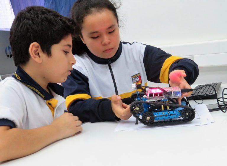 Estudiantes adquieren conocimientos de robótica y energías renovables en Arica