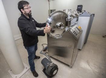 La cámara de vacío para estudios en ambiente espacial, que simula las condiciones del espacio para el diseño de los satélites, fue financiada gracias a un proyecto Fondequip.